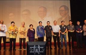 """王锦发(右7)颁发纪念品给""""心弦之夜""""音乐会赞助商及代表。左2起为安东尼罗杰斯及梁宗宝(左3)。"""