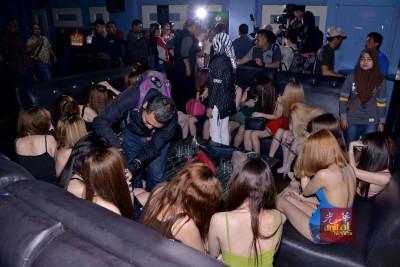 疑涉卖淫活动的农妇,纷纷躲避摄影镜头。