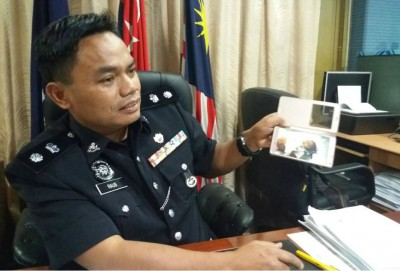 拉勿副警监向媒体展示小死者身上的瘀伤。
