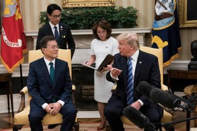 文在寅(左)以及特朗普(右)开展会谈。(法新社照片)