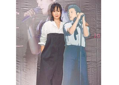 """刘若英记者会上与分身""""刘若男""""合照。"""