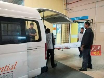 仵工把吴俊铭的遗体抬上灵车,准备运往丰盛港。
