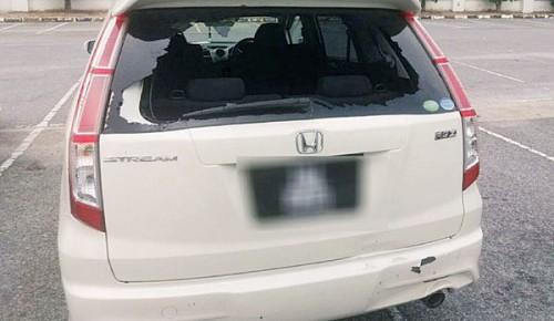 西玛的轿车在吉打预科学院一带,遭到2名男子击破车后镜。(图取自METRO网站)