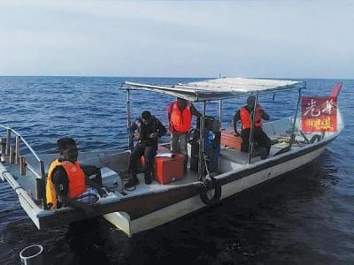渔船协助海事局执法机构搜寻失踪者。