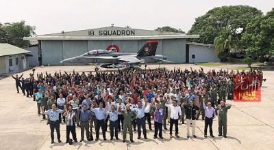 大马皇家空军18中队庆20周年,阿芬迪(前左六)与军队合影。
