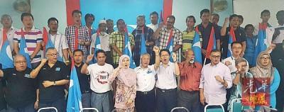 努鲁依莎移交党旗予所有支部代表后拍摄大合照。