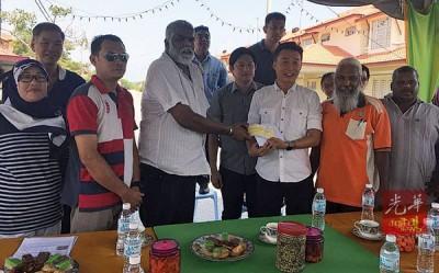 许钪凯(右3)移交5000令吉支票,守哇丹接领及萧伟洪见证。
