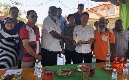 许钪凯(右3)移交5000令吉支票,迪哇丹接领及萧伟洪见证。