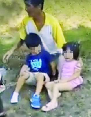 一名华裔男子正看顾两名孩童,女童吓得嚎啕大哭。(取自网络视频截图)