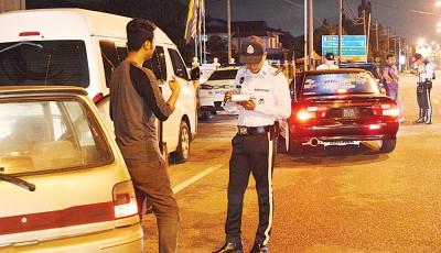 玻州交警在设路障的4只小时外,朝违例车主发出146张罚单。