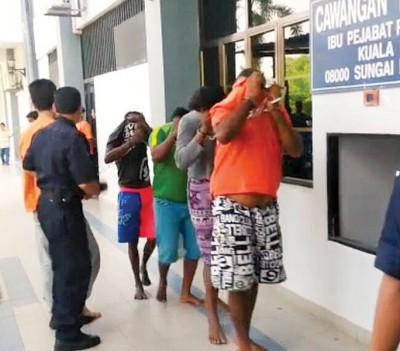 提到为公安局抛掷汽油弹4称嫌犯,周五延扣令届满后拿走警保释外出。