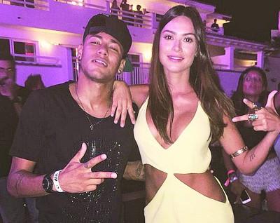 内马尔(左)与一名女性朋友在伊比萨岛的一间夜店寻欢作乐。