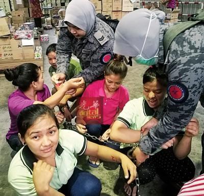 9名尼泊尔籍女子没有合法准证,当场被逮捕。