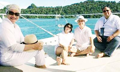 苏拉雅(左)和丈夫朱基菲及时依萨同朋友在华游艇上庆祝结婚一周年的相片,让网民贴文指是享受奢华生活。