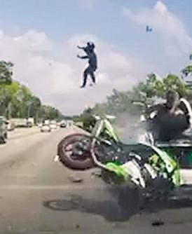 后座骑士高高抛飞,在空中翻跟斗,令人触目惊心。