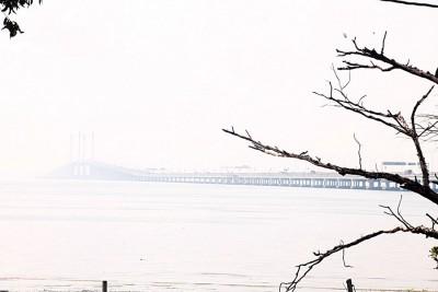 上午时刻以迷蒙一片,天涯的槟大桥仅隐隐可见。