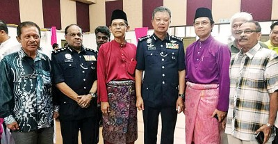 槟总警长蔡义来(左4)出席威北警方开斋活动。