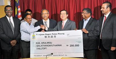 林冠英移交20万拨款予槟城瀑布路山顶印度庙理事会,由苏巴玛廉代表接领。