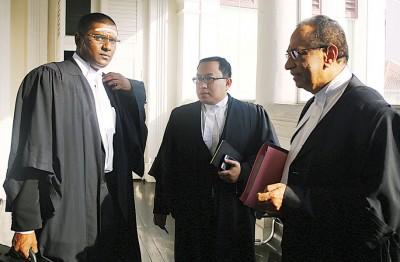 (左起)雷尔、布迪曼以及希旦巴兰代表出庭闻讯。