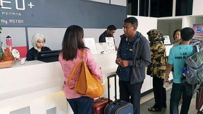NEO+酒店柜台职员表示暂时还未收到有关征收旅游税的消息,但柜台前依旧有置放征收酒店房租税的告示牌。