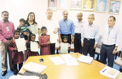 拉玛沙米(左3)颁发出生纸及身份证给大山脚一间孤儿院的孤儿。