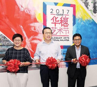 周美芬(左起)、廖中莱和佐哈里一同为安邦广场的华穗节壁画主持开幕。