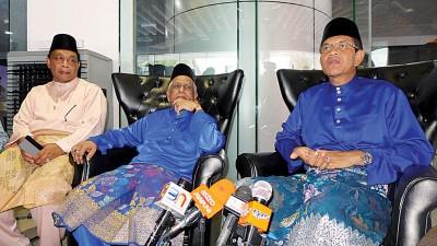 再纳阿比丁(右)在(左起)法力及慕沙陪同下召开记者会。