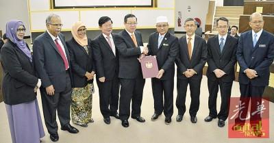罗查里(右4)即起擢升为威省市政局主席,正式从首长林冠英(左5)接过委任状,(左起)罗斯哈妮、拉玛沙米、麦慕娜、曹观友、拉昔、刘子健、法力占。