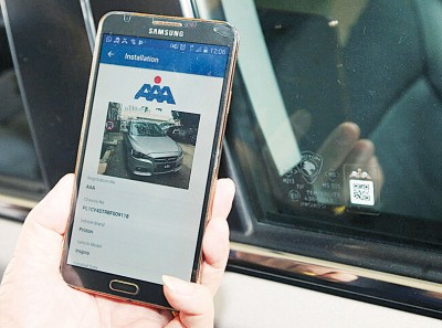 二维码贴纸是贴在车镜以及隔热膜之间,便利扫描验证。