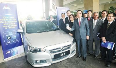 廖中莱(前面右3)引进汽车隔热膜统一标准机制。右起呢马来西亚道路安全研究院总监黄绍文,陆路交通局总监拿督斯里纳斯里以及林美珠。
