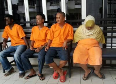 母子嫌犯(左2和右)被带上昔加末地庭时,没有任何眼神接触。
