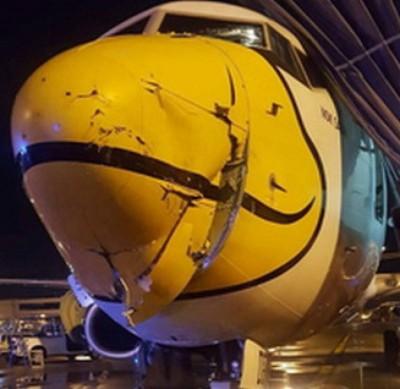 客机左边机头受损。