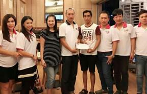刘墨建(左4)移交善款予陈素金儿子张德胜(右4),李美珠(左起)、黄钰婷、黄裕恩、陈俍仲、罗凯泷及王木龙陪同见证。