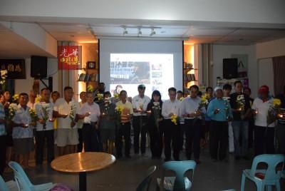 约50位民众出席赵明福逝世8周年追思会,众人手持白色和黄色菊花,点燃白烛默哀一分钟。