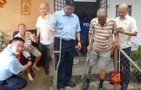 装上义肢的程金安迈出右脚,一步步走出家门。