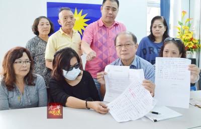 李雅蕊(前左2)在魏木荣等人陪同下召开记者会时出示丈夫写下的欠款,希望大耳窿别再骚扰其生活。