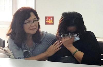李雅蕊在记者会上谈及近日来饱受滋扰,不禁落泪痛哭,一旁的吴瑞音给予安慰。