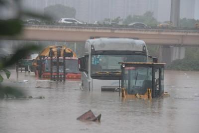 长沙城区道路淹水,汽车浸泡洪水中。(新华社照片)
