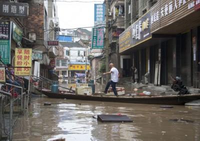 湖南省新邵县酿溪镇居民走过用船搭起的临时过道。(新华社照片)