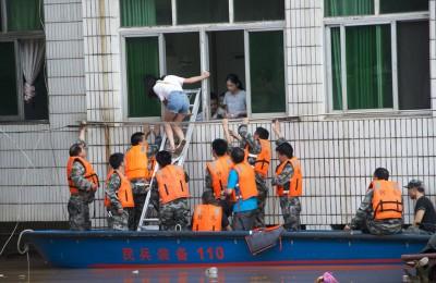民兵应急分队在湖南省新邵县酿溪镇解救被困群众。(新华社照片)