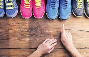 复健科医生建议,必须依运动类型选择适当的鞋,若要长时间走路,稍有厚度与弹性的鞋子较佳。