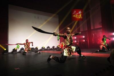 非洲孩童通过武术表演呈现中国文化令人惊奇,现场观众掌声不绝。
