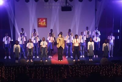 """21何谓非洲孩童与周博华(吃)合唱""""情节"""",场面动人。"""