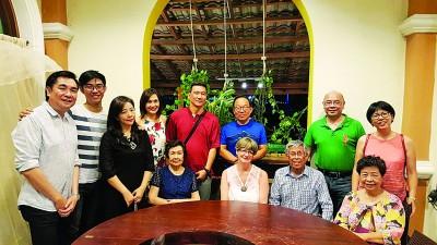 谈名光(前排右2)日前返乡,并与在槟城的亲人相聚用餐。