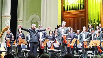 谈名光在美国杜佩郡青年交响乐团指挥长达36年。