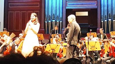 谈名光在锺灵100周年的音乐会上与李佩玲(左)同台演出。