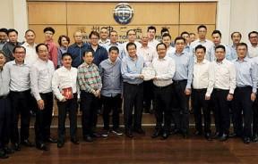 马来西亚中资企业协会北马分会拜访槟州中华总商会,图为分会会长王旭赠送纪念品予槟中华总商会会长拿督斯里祝友成,左7为丹斯里陈国平。