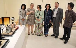 日本人形娃娃展览开幕,开幕仪式后嘉宾参观展出的日本洋娃娃,右起堀川晃一、系井清及叶舒惠(左2)。