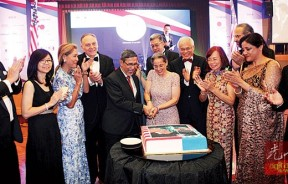 雷荷花与槟副首长拉昔在王寿苔及厂商的陪同下共切独立日纪念喜糕。