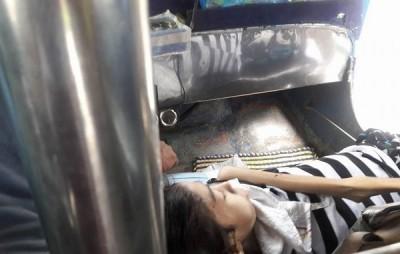 瘫痪的女儿每天都只能挤在小小空间。
